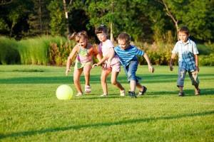 ninos-jugando-futbol-300x200