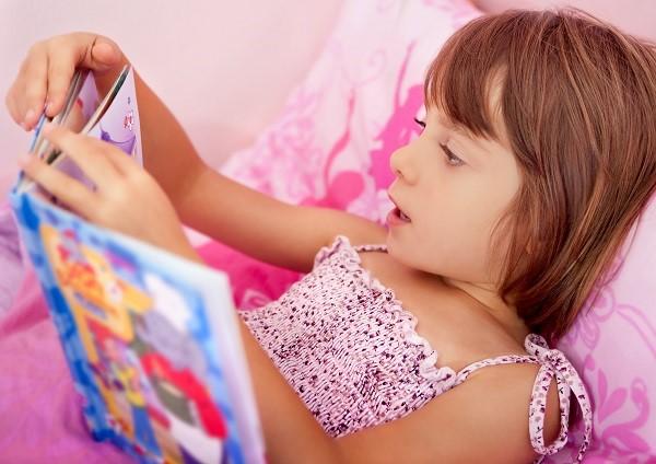 niña leyendo cuento