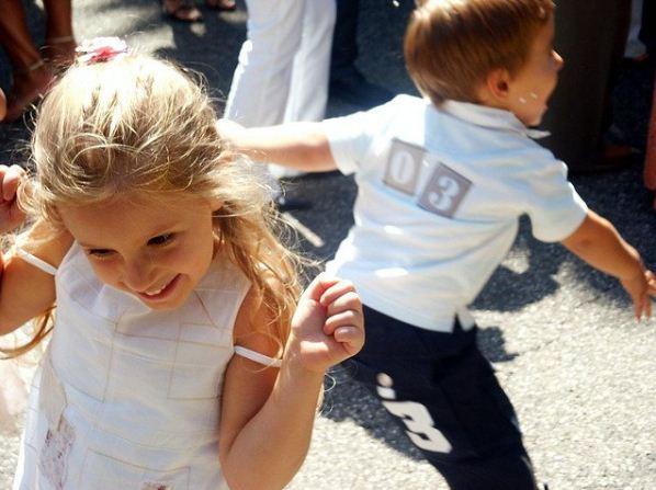 Este juego educativo permite que los niños y niñas exploren los fundamentos de la construcción sonora. Se ha creado con la finalidad de que la palabra y el sonido se complementen en pos de un objetivo principal: reconocer y explorar el poder de la audición. El sonido es algo que viaja, atraviesa, ondea y se transforma. El sonido lo usamos para estimular, aclarar, acompañar, embellecer y vincular. Al hacer uso del sonido se experimenta con la materia prima de la palabra. Si usamos el sonido de una manera divertida se abren por si solos los caminos del ritmo, la melodía y la comunicación. Explorar el sonido a través del juego educativo es una forma divertida para el desarrollo de conceptos genuinos que permiten una escucha atenta y llena de criterio. Objetivos de este juego educativo • Estimular la capacidad de concentración. • Favorecer la integración sensorial. • Explorar los parámetros básicos del sonido. • Estimular la capacidad de escucha y discriminación auditiva. Participantes Niños y niñas a partir de 7 años. El grupo a participar debe ser un número par. Materiales Papel Lápiz Tijera Campana ¿En qué consiste el juego? Esta es una dinámica educativa que consiste en hacer que los niños y niñas desarrollen el sentido de la audición intentando encontrar dentro de una multitud a su pareja, reconociendo el sonido, según el animal que corresponda. Instrucciones del juego Toma la campana y ubícala a unos metros de distancia, como una especie de yincana en la que los participantes deberán correr y tocarla. Toma el papel y recorta pequeñas tiritas en las que puedas escribir. Escribe el nombre de un animal en cada papel: por ejemplo perro, gato, león, tigre, pero escríbelo dos veces en dos papeles separados. Dobla los papelitos e introdúcelos en la cajita o bol, agítalos un poco para que se mezclen entre sí. Reúne al grupo en un mismo lugar y explícale que en el bol se han introducido papeles con los nombres de algunos animales, ellos deberán tomar uno e imitar el sonido