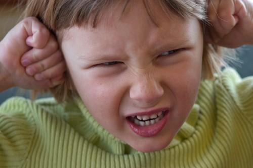 permanentemente enfadados, niños enojados, siempre esta enfadado, mal humor